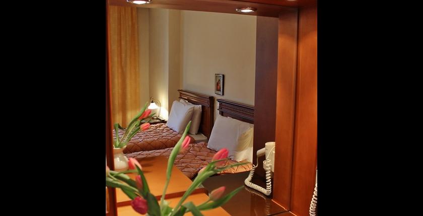 Famissi Hotel 8